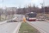 Třemi snímky doplňujeme pojednání o dění vprostoru kolem tramvajové smyčky Technologický park, uvedené vminulém čísle Informací MHD. Bohužel se nedopatřením podařilo na stránce č. 3 (vlevo dole) zveřejnit nesprávný obrázek, za což se omlouváme a snímek Citelisu evid. č. 2620 projíždějícího 18. 3. 2012 po Kolejní ulici kměstu přinášíme nyní. Výstavba přímo u tramvajové smyčky si vyžaduje budování inženýrských sítí, a proto nyní jezdí autobusy linky 53 po Podnikatelské ulici pouze vjednom směru (k Purkyňově ulici) – na snímku Citelis evid. č. 2617 dne 1. 4. 2012. O víkendu 31. 3. a 1. 4. 2012 stavaři napojovali kanalizaci také vmístě nástupní zastávky autobusu, a tak autobus odjížděl zvýstupní zastávky – po odjetí zvýstupní zastávky se dal neobvyklou trasou vpravo kolem chemické fakulty, přes její parkoviště (viz snímek vozu evid. č. 2617), zpět po místní komunikaci a po ní teprve na přivaděč kulici Hradecké. Foto © Ladislav Kašík.