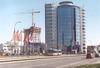 Výstavbu mrakodrapu AZ Tower u Pražákovy ulice, který má být nejvyšší stavbou vČR, dokumentujeme dvěma snímky – Citybus evid. č. 2614 linky 60 stojí 9. 4. 2012 vzastávce »Strážní« na Heršpické ulici – vpravo budova M-paláce a vlevo vpozadí stavba mrakodrapu. Autobus evid. č. 2350 linky 61 právě zastavil vzastávce »Bidláky« na Pražákově ulici, stavba vpravo vpozadí (27. 2. 2012). Foto © Ladislav Kašík.